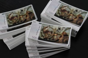 Des billets de 500 Rens en autocollants